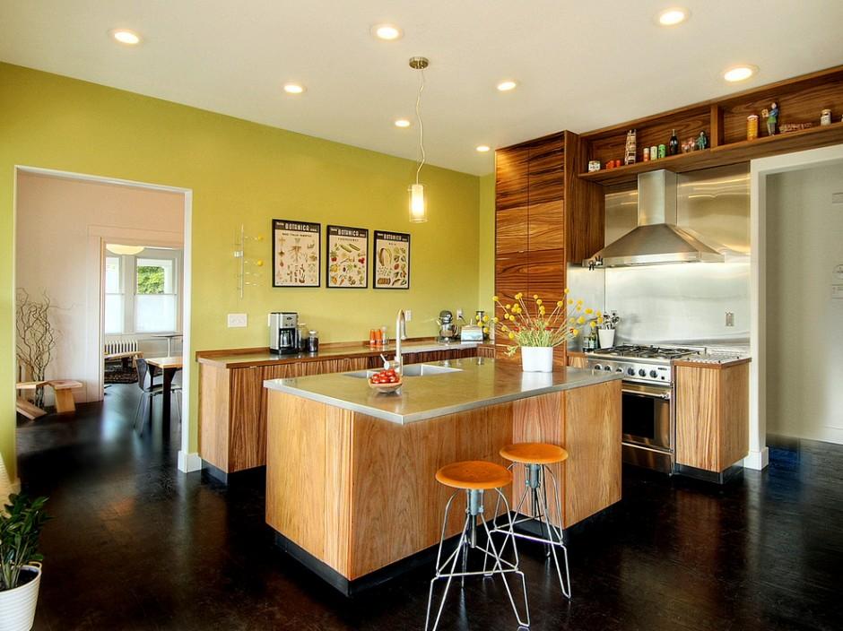 Сочетания светлой деревянной кухни с зелеными стенами