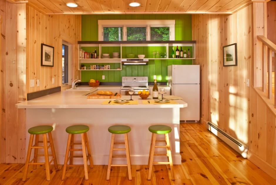 Зеленая стена в деревянной кухне