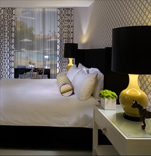 Разбавление черно белой спальни, желтыми элементами декора