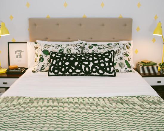 Зеленый цвет в интерьере черно белой спальни