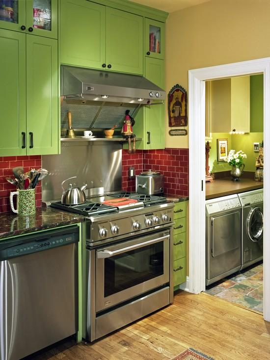 Красный фартук на зеленой кухне