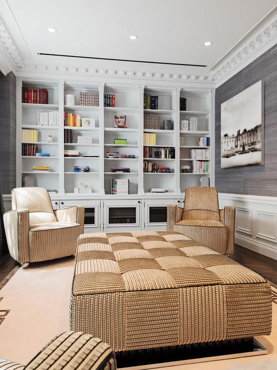 Бежевая мебель в серой комнате