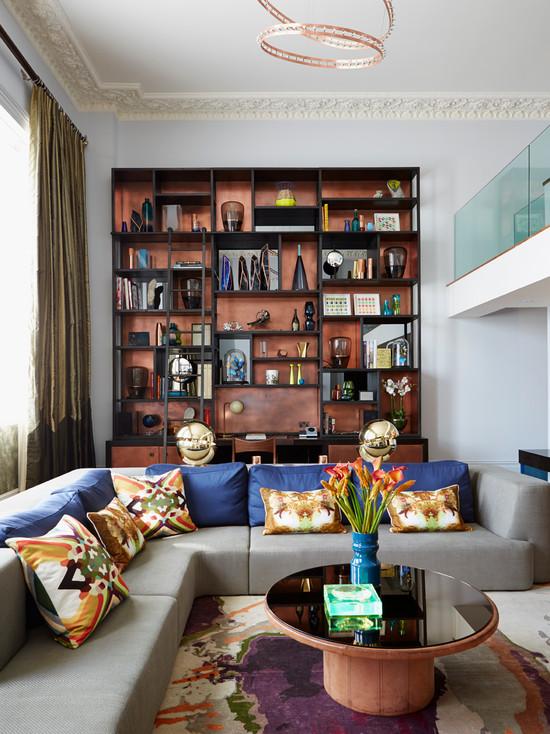 Серая мебель в светлой гостиной