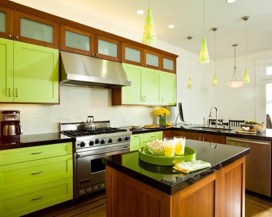 Яркие зеленые плафоны в сочетание с цветом кухни