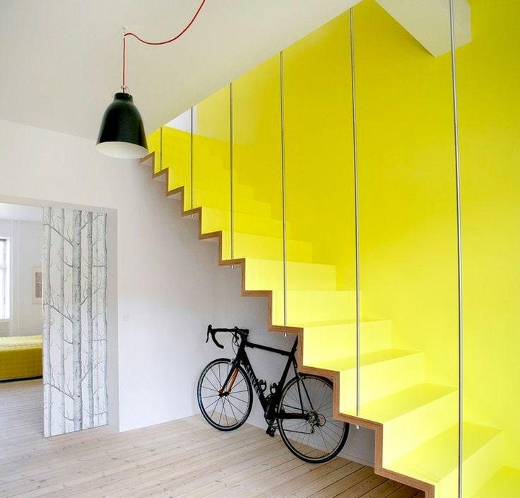 Современная желтая лестница