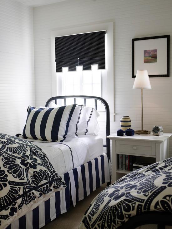 Деревенская спальня в черно-белом стиле
