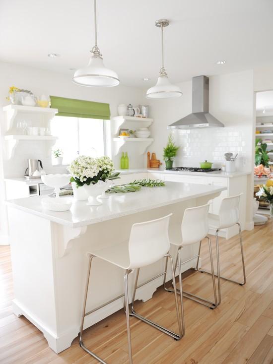 Белоснежная кухня с зеленым декором