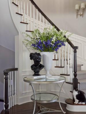 Классическая белая лестница