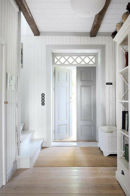 Состаренные белые двери