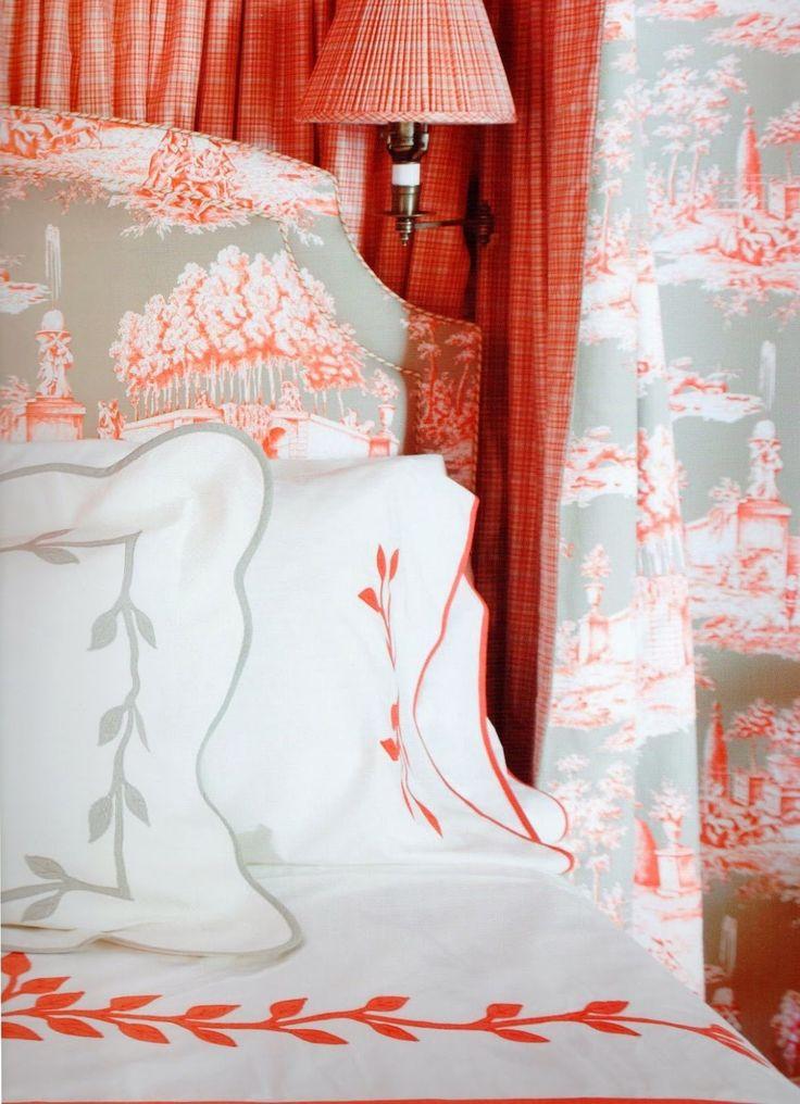 Декор и оранжевые материалы в оформлении спальни
