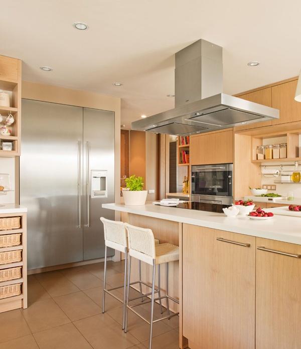 Деревянная кухонная мебель в бежевой комнате 2