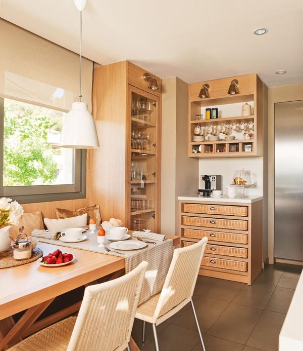 Деревянная кухонная мебель в бежевой комнате