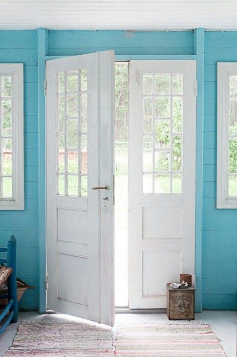 Белая входная дверь из двух створок