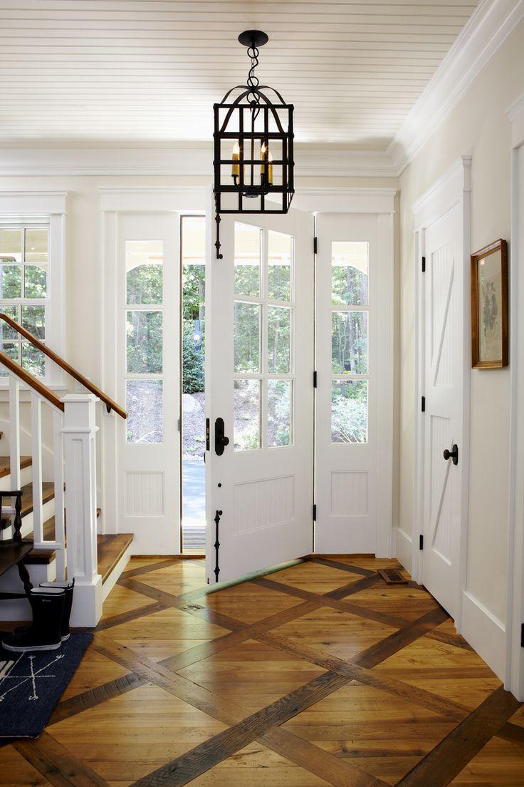 Белая входная дверь, с черной фурнитурой