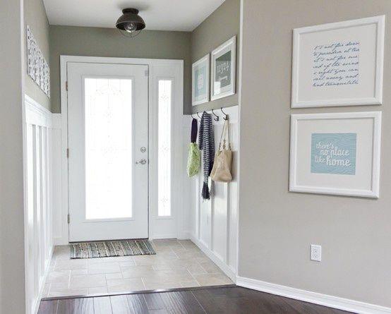 Входная белая дверь с матовым стеклом