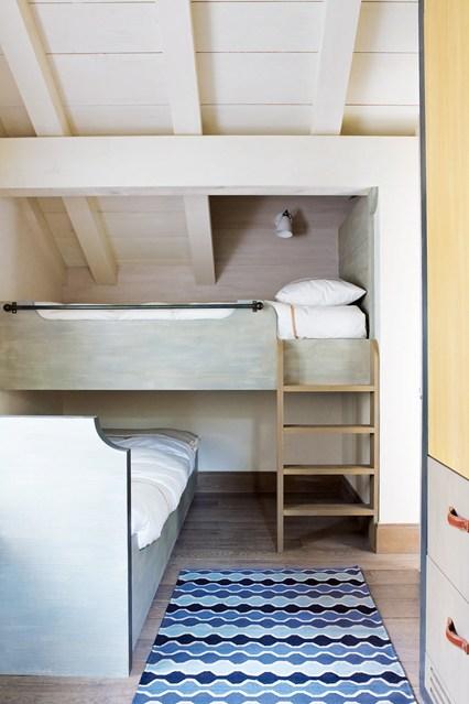 Две кровати в маленькой спальне