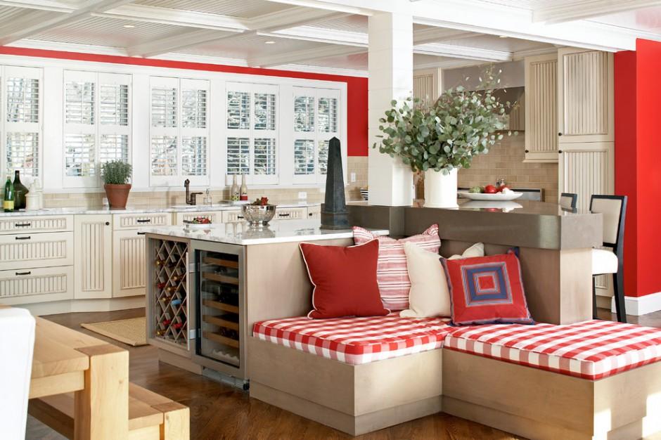 Угловой диван по центру кухни