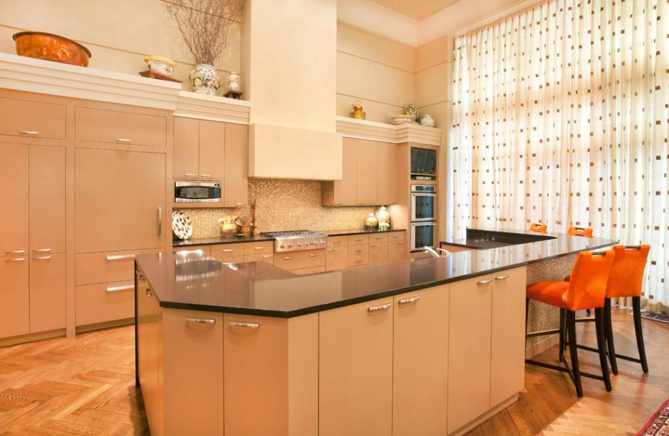 Оранжевый декор на бежевой кухне