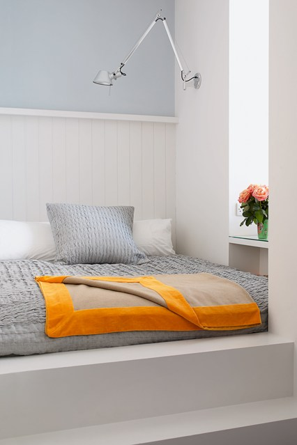 Широкая кровать в маленькой спальне