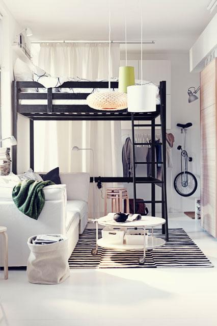 Маленькая спальня с высокой кроватью
