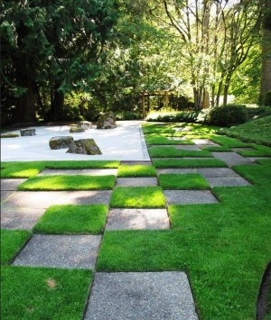 Japanese-gravel-garden-with-a-distinct-pattern