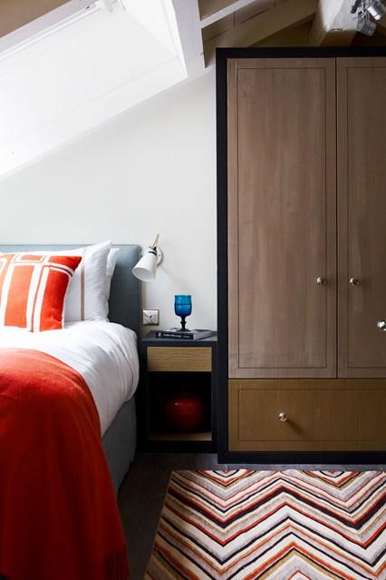 Шкаф купе в интерьере маленькой спальни