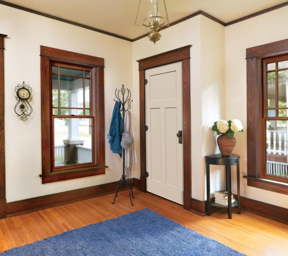 Белая дверь в деревенском стиле
