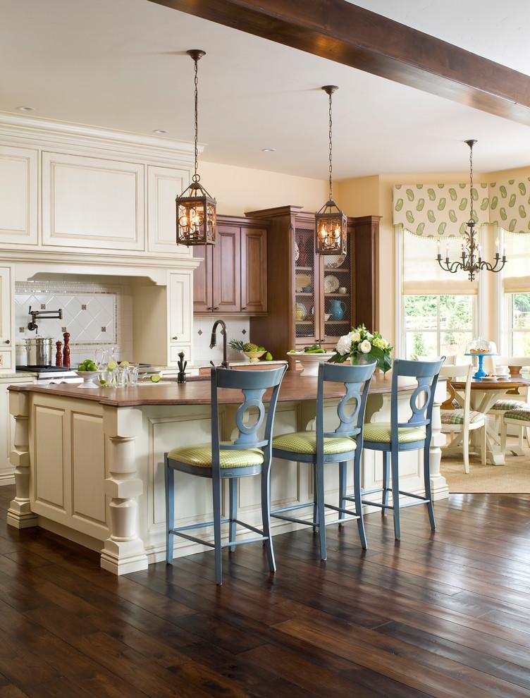 Бежевая кухня в сочетании с голубыми стульями