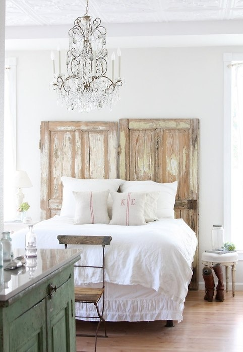 Изголовье кровати из состаренных дверей