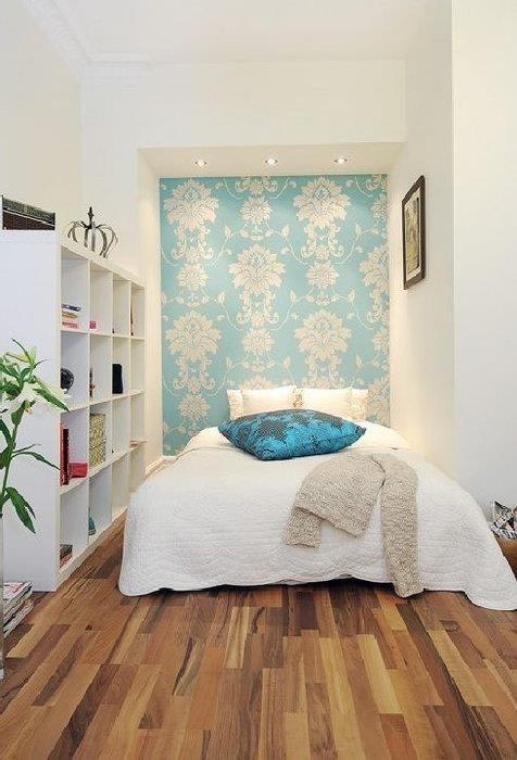 Яркая голубая стена за кроватью