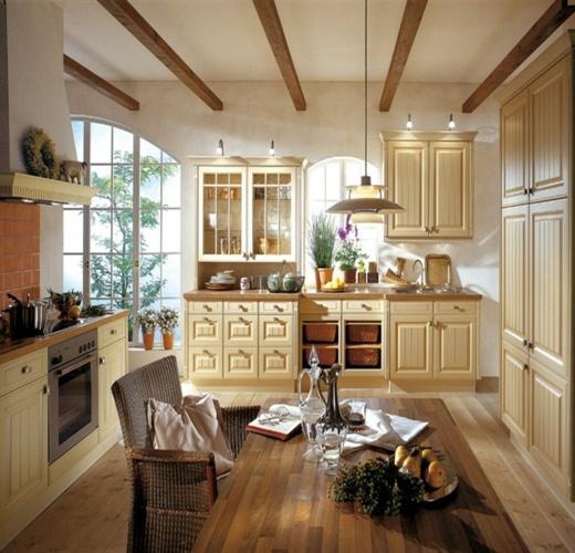Классическая кухня с деревянным столом