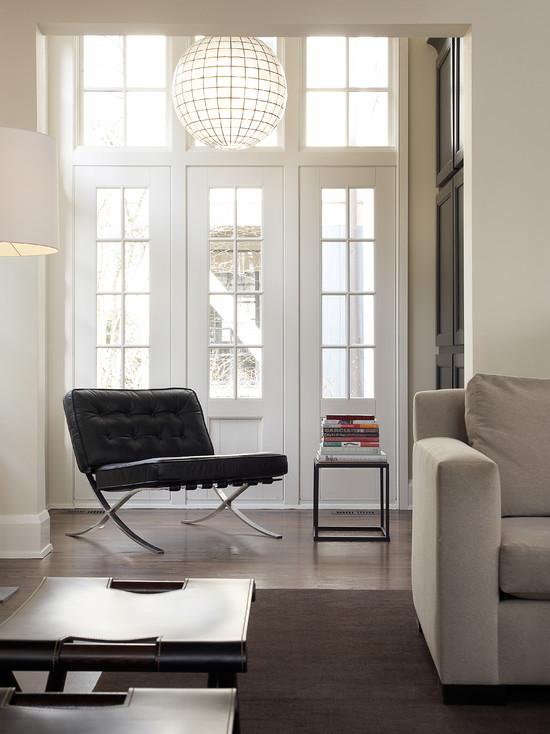 Белая дверь с стеклянными вставкам