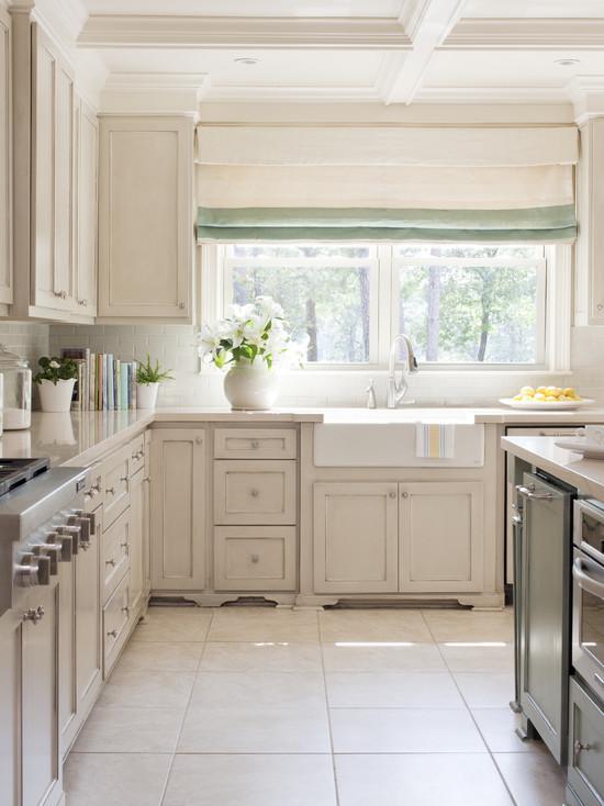 Классическая светлая бежевая кухня