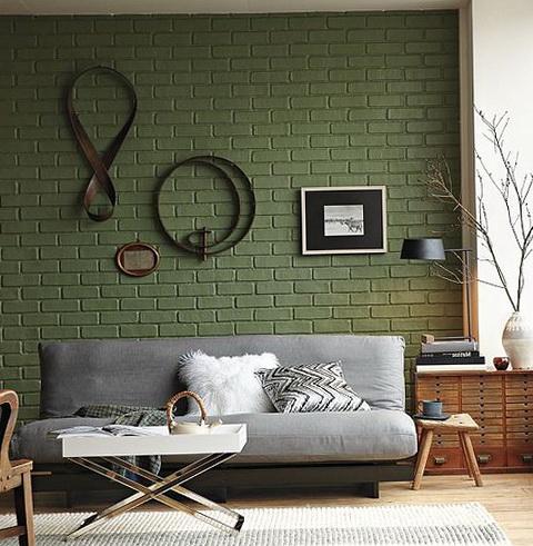 Крашеная в зеленый цвет кирпичная кладка в гостиной