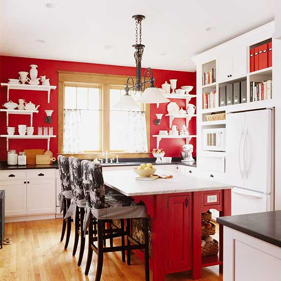 Красная стена на фоне белой кухне