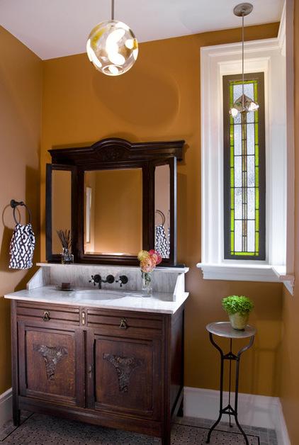 Фото: витраж в ванной комнате