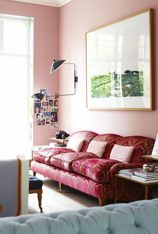 Розовая комната с винтажной мебелью