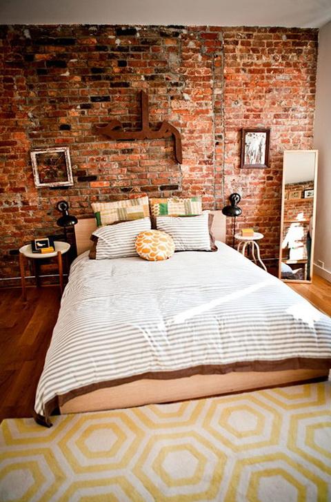 Кирпичная кладка в интерьере спальни