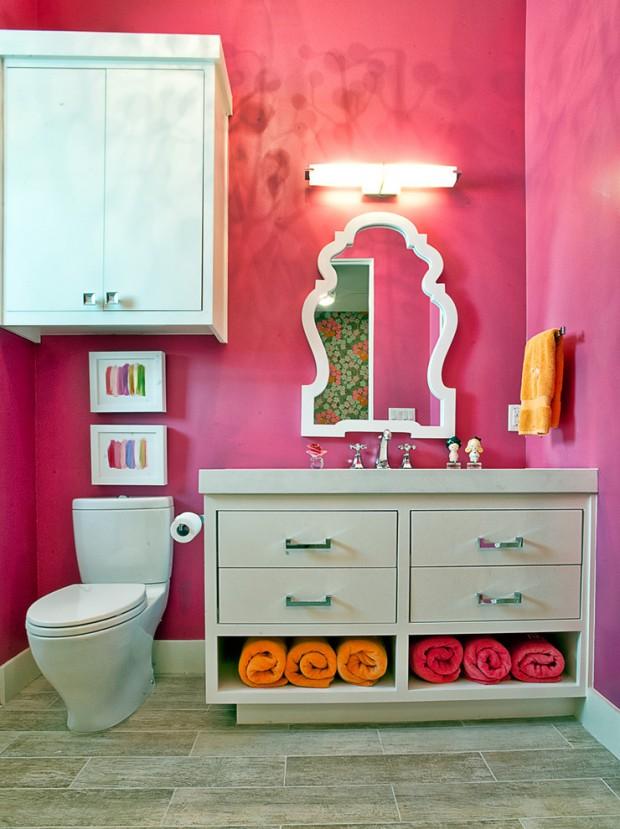 Покрашена в розовой цвет стены ванной