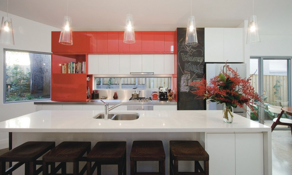 Сочетание красного и черного цвета на большой кухне