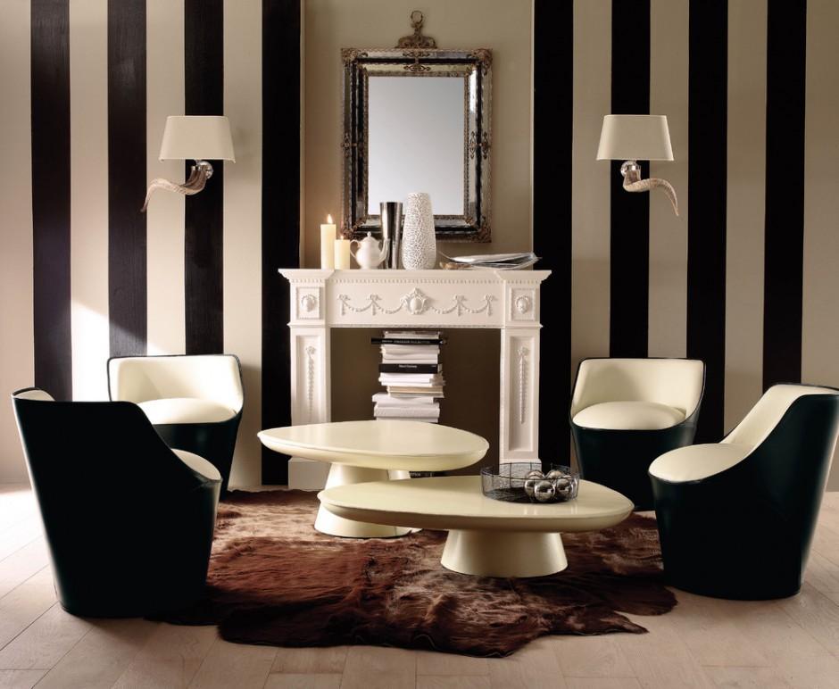 Полосатые черно-белые обои в гостиной с декоративным камином