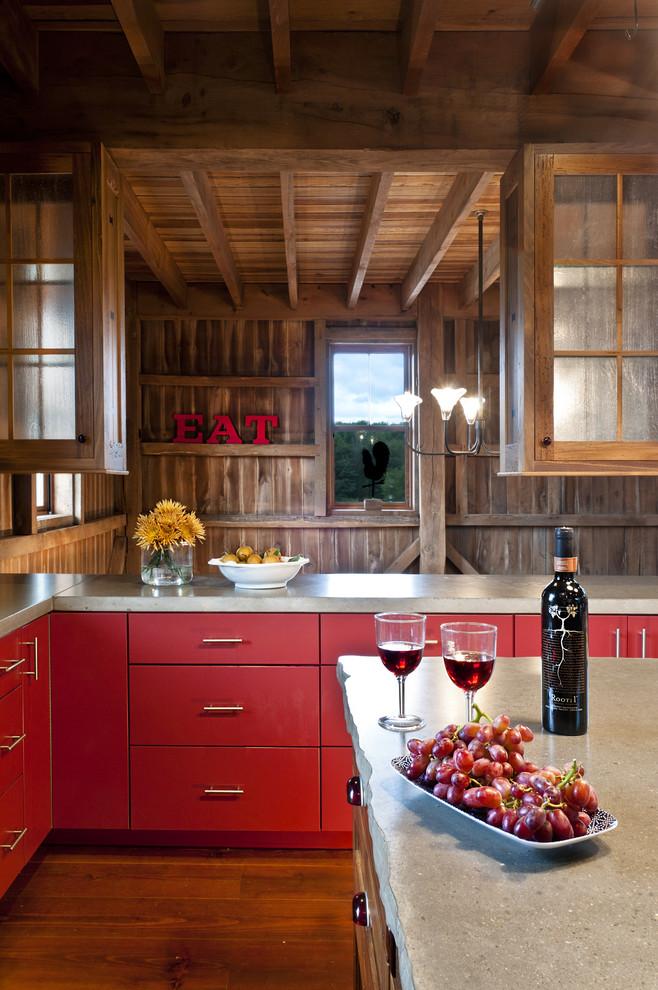 Красная кухня в деревянном доме