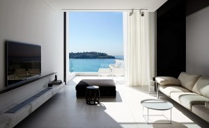 Living-room-of-stylish-Sydney-residence-lets-the-ocean-become-its-colorful-backdrop