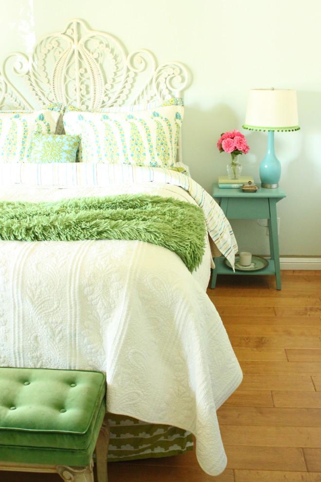 Интерьер бело-зеленой спальни