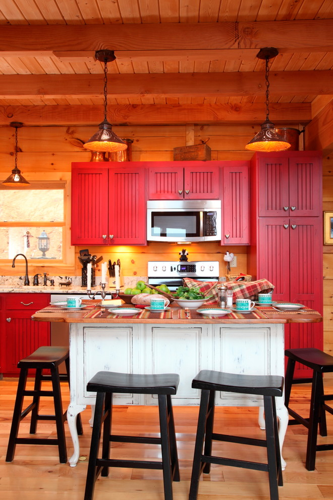 Красная кухня в деревенском доме