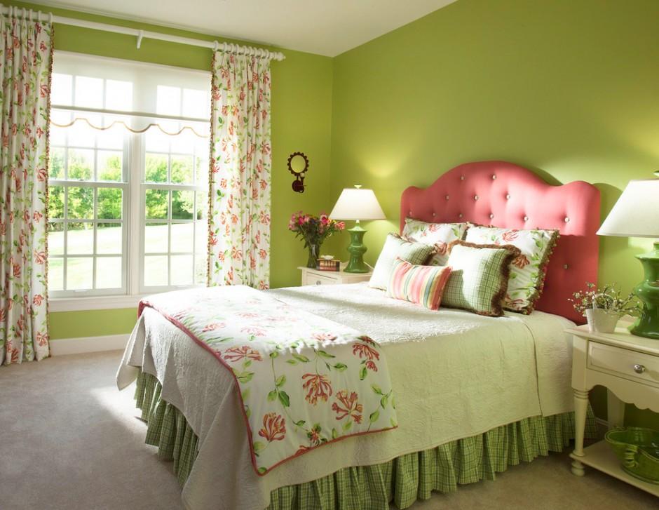 Розовое изголовье кровати в зеленой спальни