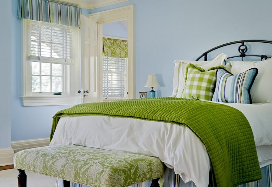 Голубые стены и зеленый декор