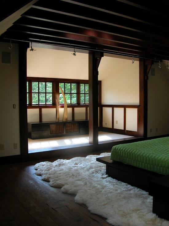 Темное дерево в интерьере японской спальни