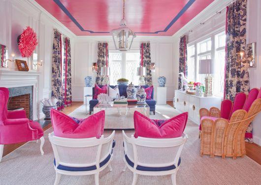 Сине-розовый интерьер гостиной