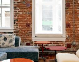 Кирпичная стена – изюминка в интерьере